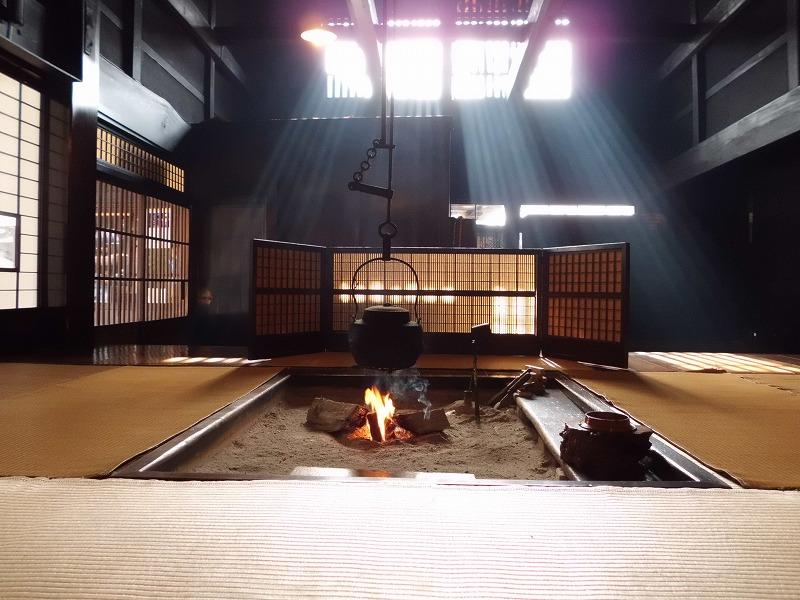 囲炉裏端に差し込む幻想的な光